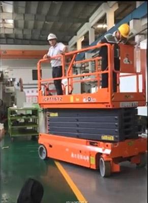 越野剪叉式升降机应用车间设备安装视频