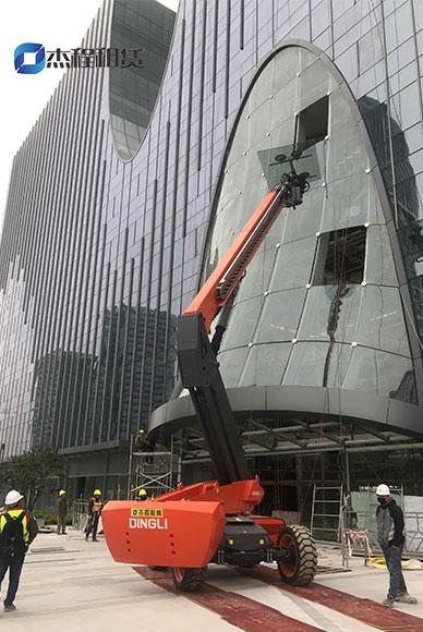 26米大型玻璃吸盘车出租应用于南站玻璃安装